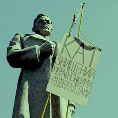 Підписуйтесь за демонтаж пам'ятника Ватутіну у Маріїнському парку