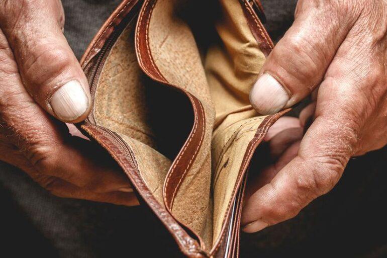 Хто заробляє, змушуючи вас бідувати?